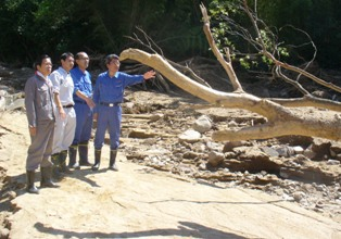 学校周辺の土砂災害現場を調査