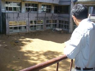 校舎の1階部分に土砂が流れ込んだ郷内小学校を調査
