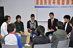 学生らと就職活動などについて意見を交換する谷合氏