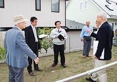 被災した宅地を視察する谷合氏と伊藤議員