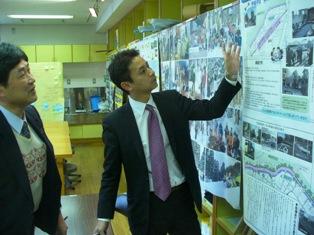 京山地区のESD活動を紹介する特設会場を見学