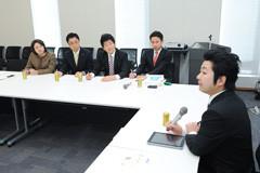 飯田氏の講演を聴く谷合青年委員長