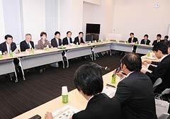 携帯電話各社と意見交換する党合同会議