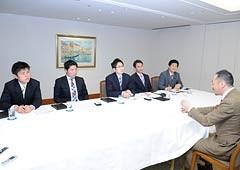 村田教授と意見交換する党青年委員会