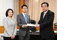 若者雇用で石田内閣府副大臣に提言を手渡す党青年委員会